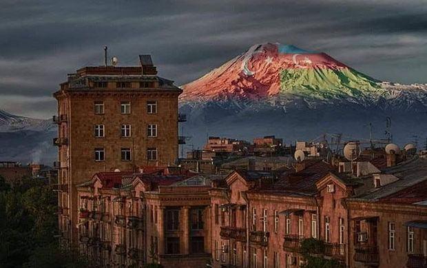 Ağrı dağında Azərbaycan və Türkiyə bayrağı -