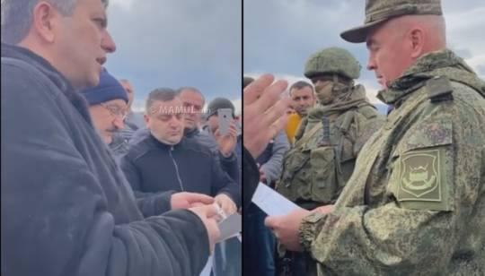 """RUS SÜLHMƏRAMLILARININ YENİ """"TAMAŞASI"""" – Ermənilər yolu bağladı, rus general """"Artsax"""" dedi (VİDEO)"""